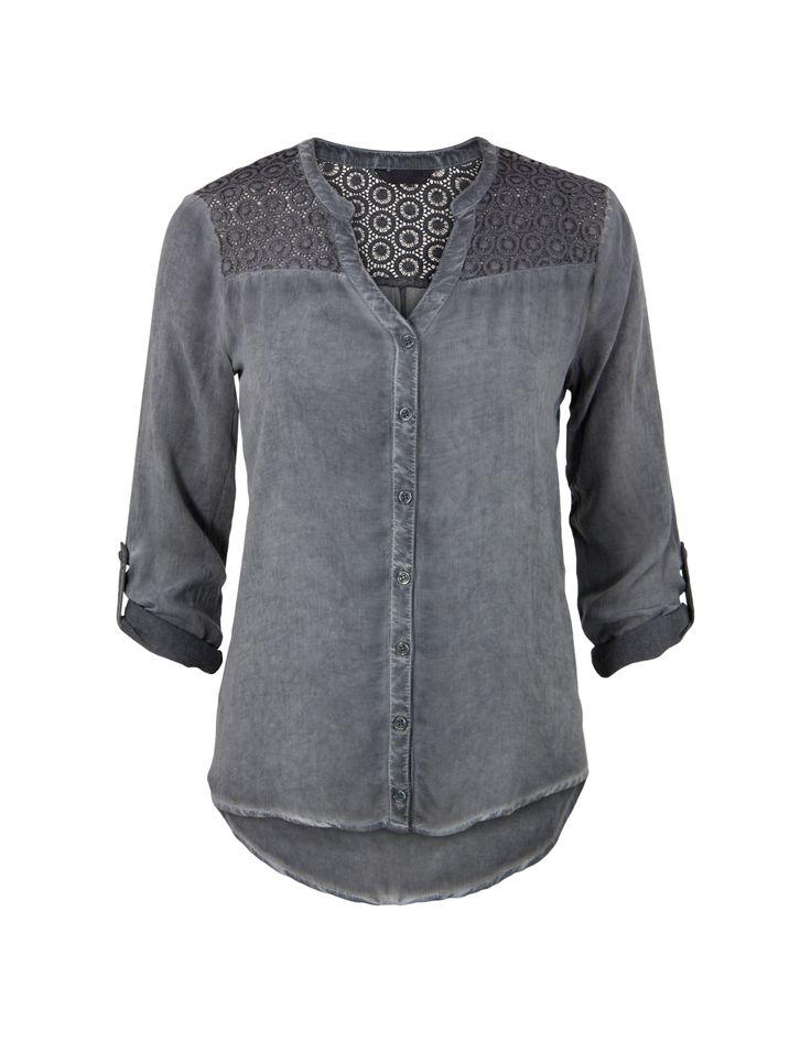 Grijze blouse met lange (omslag-)mouwen en een V-hals. De blouse sluit met knoopjes en heeft een 'oil dye' effect. Het achterpand is voorzien van sierlijk kant en heeft een plooieffect. Het is een recht model, gemaakt van katoen polyester kwaliteit. Heuplengte. Dit artikel behoort tot de Etam Regulier collectie.