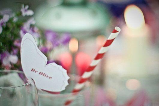 poner nombre de los puestos de los invitados con una mariposa de papel.Muy original y simple