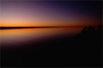 南オーストラリア州にあるスモーキー・ベイの夕焼け。  静かな海面に見事に反射した夕焼け空には、ただただうっとりしてしまいます。