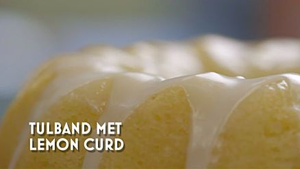 Heel Holland Bakt: Citroentulband Ingrediënten Voor het beslag:     300 gram boter op kamertemperatuur      300 gram basterdsuiker     300 gram bloem     17 gram bakpoeder     3 citroenen     5 eieren     125 gram zure room     Extra boter/bloem om in te vetten     1 ei Voor het glazuur: 1 citroen     50 gram suiker     20 gram boter     Extra citroenrasp     150 gram poedersuiker     Eetbare rozenblaadjes, eiwitten, water, poedersuiker, fijne kristalsuiker