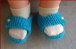 Knitting pattern for 8ply baby sandals with a foot strap.