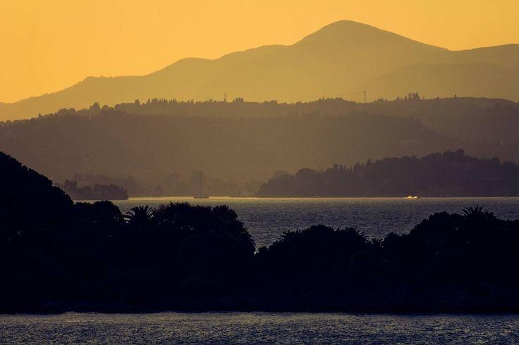 En algún sitio entre Corfú y Dubrovnik.  #Corfu #kerkyra #Dubrovnik #sunset #islands #goodmorning #buenosdias #travelgram #passionpassport #lonelyplanet #cruise #cruiseview #mediterranean #mediterraneo #adriaticsea #igtravel #landscape #seascape #layers #misty #ig_worldclub #sunset_vision #natgeotravel