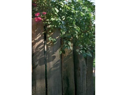 La madera quiere abrirse paso en tu #jardín... ¿qué tal si creas un espacio combinando los listones, postes y traviesas de Catral? Puedes crear y separar espacios con estos elementos naturales.