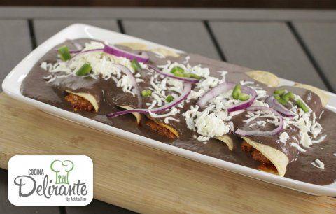 Ingredientes2 tazas de frijoles negros cocidos1 chile serrano12 tortillas300 gramos de chorizo1 taza de queso manchego rallado1 cucharada de aceite de olivaQueso blanco rallado para servir y hojitas de cilantroSal al gustoPreparación 1. Licúa los frijoles con un poco de chile serrano