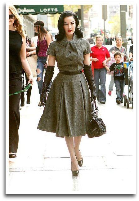 "Robe Vintage: Dita Von Teese arpentes les rues dans sa robe Dior années 50 ""Virevolte"" et gants de cuir"
