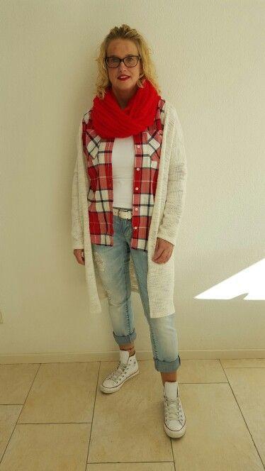 Rode houthakkersblouse met ripped jeans en lekker vest