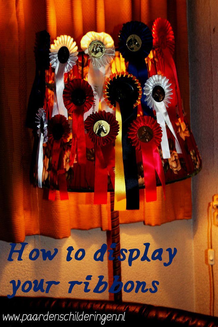 Zo maak je van een oude schemerlamp een hippe opslag voor je strikken. prijzenkast ribbons equestrian sport paarden