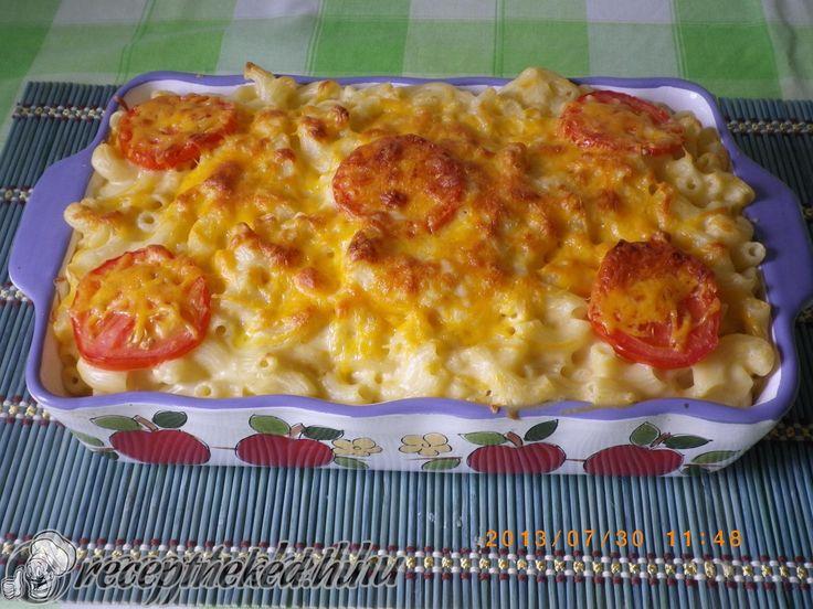 Hozzávalók: 25 dkg rövid csőtészta 4 dl tej 4 dkg margarin 2 ek liszt 1 kanálnyi mustár 20 dkg cheddar sajt 1 nagy paradicsom só bors Elkészítése: A tésztá