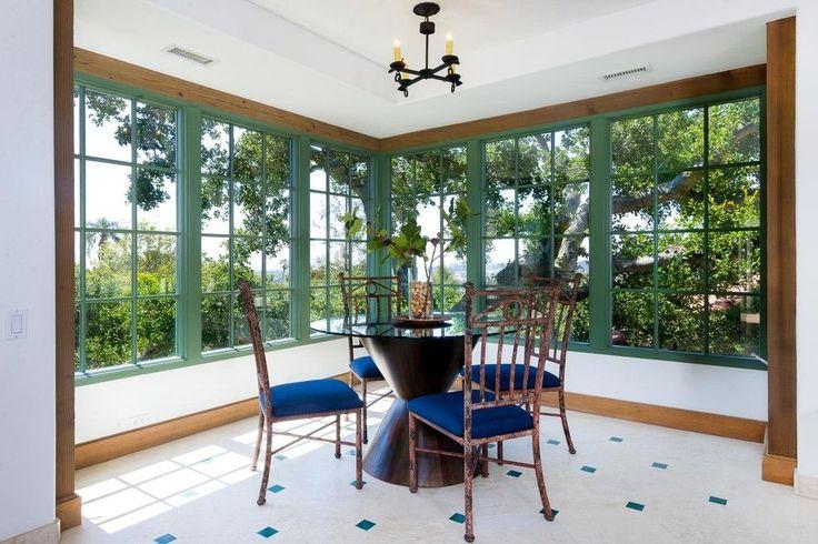 Испанский стиль в интерьере: роскошь и пассионарность в каждой детали http://happymodern.ru/ispanskij-stil-v-interere/ Небольшая кованая люстра и яркие стулья в столовой соответствуют испанскому стилю Смотри больше http://happymodern.ru/ispanskij-stil-v-interere/