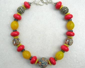 """Ethnographische Halskette, 5 """"Jatim"""" Gesicht Perlen, alte afrikanische """"Ei"""" Perlen & rote tibetische Perlen, Seidenstraße-Statement-Kette von SandraDesigns"""