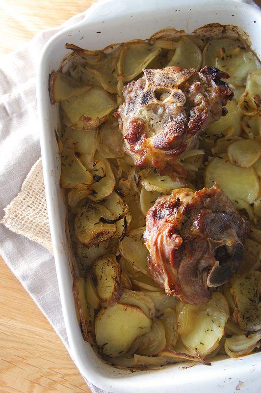 Une fois n'est pas coutume, c'est un bon plat du dimanche que je vous propose ici. J'ai en effet du mal à trouver des idées pour cuisiner la viande, et surtout les pièces comme l'épaule, le collier ou le jarret. J'ai donc fouillé dans ce magnifique livre, «La Cuillère d'Argent«, que j'ai reçu de mon petit frère. Une bible de la cuisine italienne, pleine d'astuces et de recettes, pas très compliquées, ni trop classiques. J'aime bien. Ca y est c'est bon, j'ai trouvé. On va faire una «Spalla…