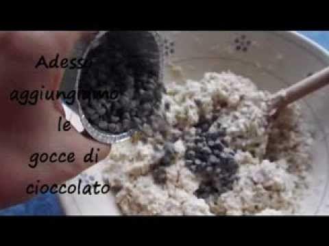 Ricetta di una torta leggerissima, prima di grassi e uova. Preparata con farina integrale,yogurt e zucchero di canna. La farina di cocco, il rhum per dolci e le gocce di cioccolato fondente rendono questa torta veramente gustosa!