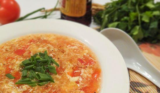 Китайский суп Даньхуатан с помидорами, яйцом, зеленым луком (Egg Drop Soup)