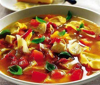 Denna färggranna, italienska kycklingsoppa brukar bli mycket uppskattad! Låt fräst lök och paprika koka upp i buljong, tomatpuré, citron och peppar och lägg sedan ner kyckling och tortellini. Avnjut din goda soppa toppad av tomater, basilika och ost.