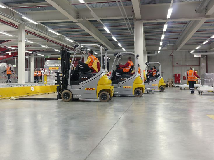 Imagem de http://bnn-news.com/wp-content/gallery/dhl-if-you-were-a-parcel-you-would-always-arrive-in-time/04_warehouse.jpg.