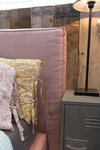 Voor een kind is de slaapkamer de plek om zich helemaal in terug te trekken. Waar zij kunnen appen met vrienden, of een beetje op de iPad kunnen spelen. Of stiekem even een dutje doen. En waar doe je dat beter dan op dit heerlijke bed? Hier is het bed getoond op 120 cm breed, maar het kan ook op andere maten geleverd worden. In honderden kleuren en stoffen leverbaar.