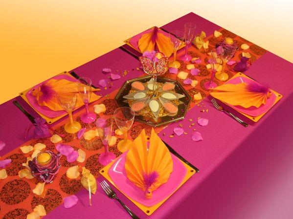 Nous vous présentons aujourd'hui une toute nouvelle idée de décoration de table, sur le thème de l'Inde. Cette table aux couleurs vives utilise l'orange, le fuchsia et le jaune. Attention les yeux, voici la table Inde, royaume des épices. Ambiance Les...