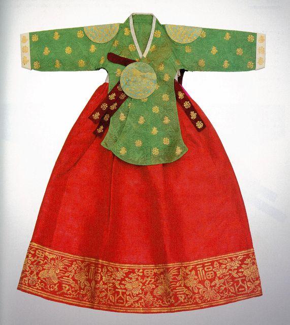 朝鮮王朝最後の王女で、日本人華族と結婚し、悲運の生涯を歩んだ徳恵翁主(トッケオンジュ、1912~89)。その宮廷衣装などが、所蔵する文化学園服飾博物館(東京都渋谷区)から韓国の文化財庁に寄贈され、王女の渡日から90年後に「帰郷」することになった。