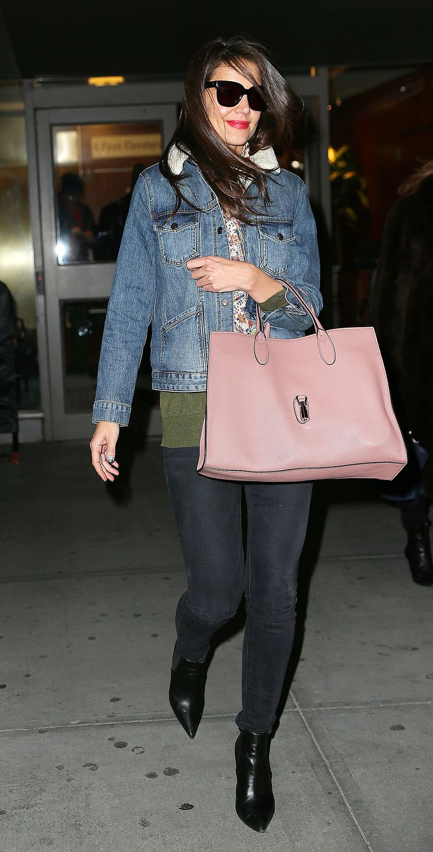 Get the look: Katie Homes in Gucci - Katie Holmes non sbaglia. In materia di look l'ex signora Cruise ne sa una più del diavolo. Eccola con un outfit anni '90. Nostalgia di Dawson's Creek. - Read full story here: http://www.fashiontimes.it/2015/01/get-the-look-katie-homes-in-gucci/