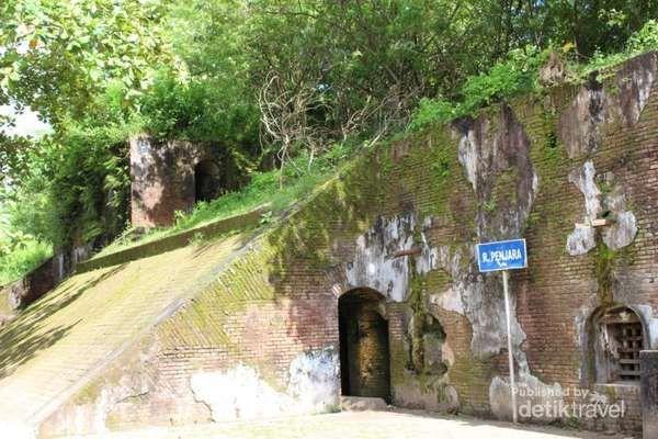 Bagian benteng yang dulu digunakan sebagai ruang penjara