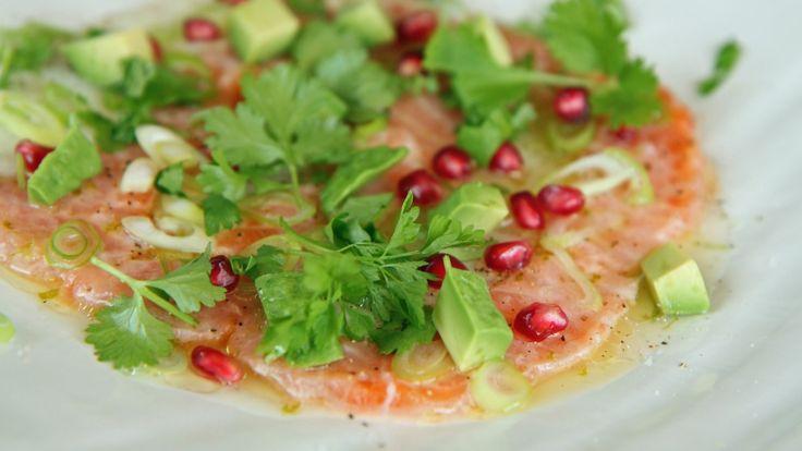 Ceviche er rå fisk marinert i sitrus. Lise Finckenhagen lager den med lime og sitron. Så tilsettes løk, chili og koriander. Det blir et festmåltid.