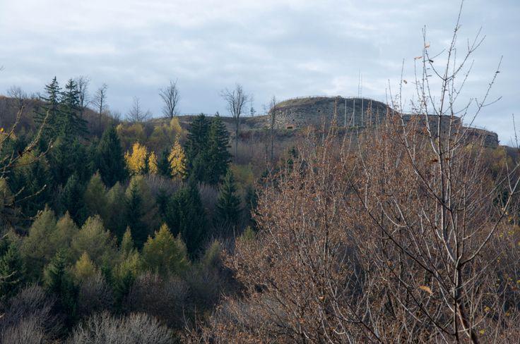 Widok na Warowną Górę i twierdzę ze wsi Żdanów.