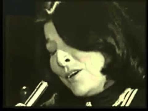 """Mercedes Sosa-Alfonsina y el mar. """"Te vas Alfonsina con tu soledad, ¿qué poemas nuevos fuiste a buscar? Una voz antigua de viento y de sal te requiebra el alma y la está llevando y te vas hacia allá como en sueños, dormida, Alfonsina, vestida de mar"""""""