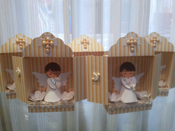 Mini oratório em scrap com anjinho. Ideal para lembrancinha ou decoração de batizado, primeira eucaristia, etc. <br>Você pode escolher a cor do oratório.