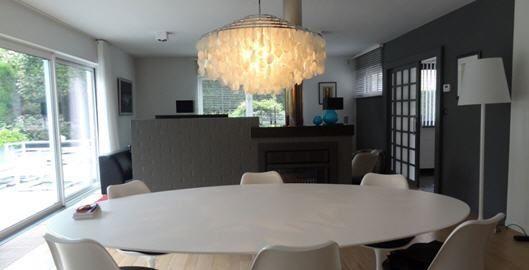 Bij pendelverlichting boven de eettafel speelt de vorm & het gebruiksdoel van de tafel een cruciale rol. Welke hanglamp past best in jouw eetkamer?