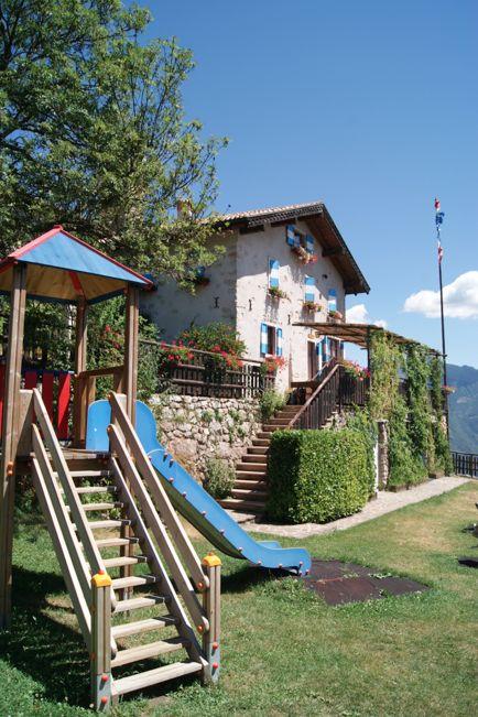 Die #Berghütte San Pietro war vor langer Zeit eine Einsiedelei und daneben liegt noch heute das alte #Kirchlein, schom im 13. Jahrhundert erwähnt.  Die #Berghütte ist mit einem angenehmen #Spaziergang (10 Min) im Wald erreichbar oder mit einer längeren #Wanderung von #CanalediTenno (1,30 Stunden).  Aus der #Terrasse, einmaliger Ausblick über das #GardaTrentino Weitere Infos:  www.gardatrentino.it/de/Gardasee-Outdoor-Activities-Map