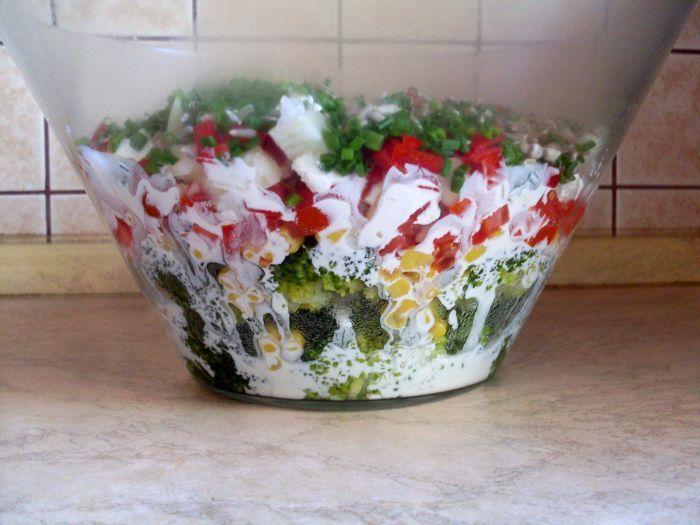 Sałatka warstwowa z brokułami