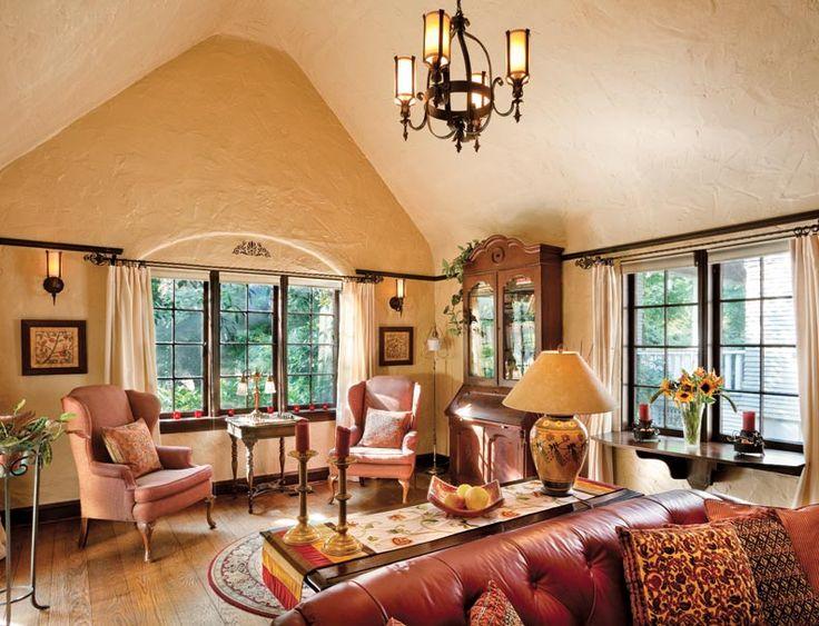 """A sala dispõe de um tecto abobadado, janelas de batente, e 8 """"de largura, chanfrado-borda da prancha do carvalho branco pavimentação. A janela"""" avental """"levanta e, apoiada em suportes oscilantes, torna-se uma mesa."""