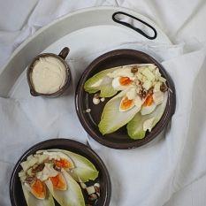 Surówka z cykorii, jajka i kwaśnego jabłka