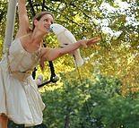 Hélène, trapeziste.  Hélène de Vallombreuse émerveille avec ses spectacles au trapèze mêlant chat, perroquets et autres volatiles. Artiste illuminée, d'une espèce en voie d'extinction, passée par l'école d'Annie Fratellini, elle perpétue la belle tradition du cirque classique. Comme Saint Antoine fuyant la sauvagerie des hommes, elle parle aux oiseaux de notre humanité, à moins que ce ne soit ses bêtes qui nous rappellent d'aimer notre animalité …