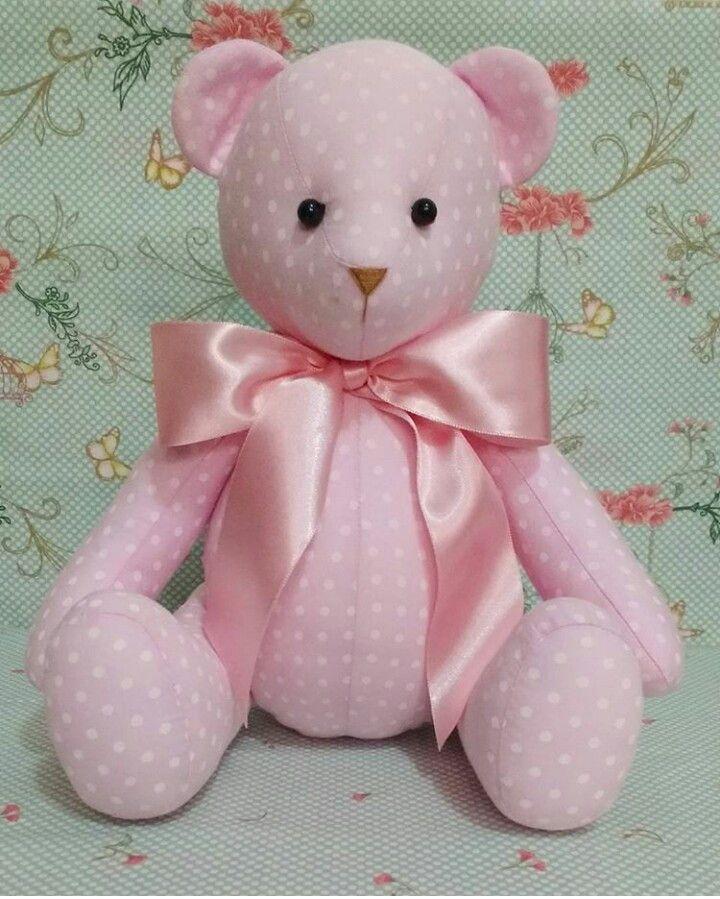 Urso articulado em algodão, com enchimento antialérgico.  Tamanho do urso sentado: 22cm