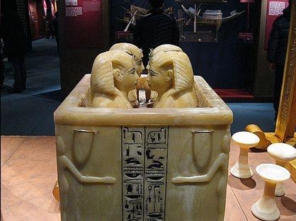 카노포스함.  과천에서 열렸던 고대 이집트 예술 전시회에서 찍힌 사진이다. 왕의 내장이 들어있는 황금단지를 넣기 위해 네칸으로 나누어져 있다. 그 네칸은 모두 왕의 머리 모양 뚜껑으로 닫혀 있다. 부조로 묘사된 네명의 여신은 모서리에서 팔을 양쪽으로 뻗어 함을 보호하고 있다. 함에는 앵크 십자가와 호루스의 눈과 자칼이 들고 다니는 쇠고랑 등이 보인다. 모두 영생을 갈구하는 이집트인들의 사후세계에 대한 상징들이다.