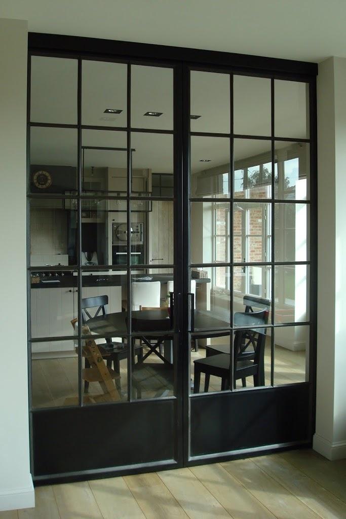 Stalen deuren en een landelijkse stijl geven een mooie combinatie