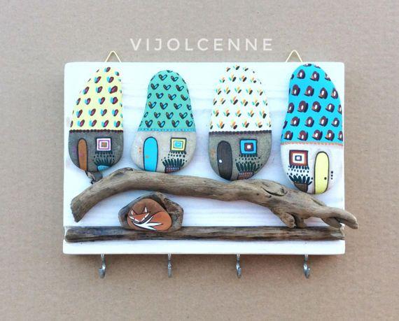 Appendichiavi con pietre dipinte applicate su legno di recupero.  Articolo per la casa carino e divertente  Ci sono 4 ganci sotto le pietre utili per appendere chiavi, gioielli e altri piccoli oggetti. Una mano finale di vernice protegge il colore.  Misura: 20x14x2 cm circa. Peso (imballaggio incluso): 900 gr.  Se volete vedere tutti i miei articoli, visitate la pagina facebook:  https://www.facebook.com/Vijolcenne  Non esitate a contattarmi, se avete domande o volete acquistar...