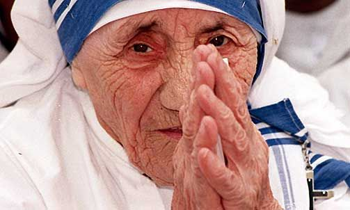 «SLIK EN DYP LENGSEL ETTER GUD og frastøtt - tom - ingen tro - ingen kjærlighet - ingen iver», skrev Mor Teresa i et brev til sin skriftefar. Hun følte at Gud sluttet å snakke til henne rett etter hun fikk sitt kall, og levde i ensomhet og tvil i flere tiår.