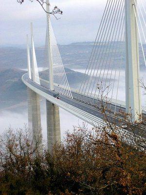 Le Viaduc de Millau dans le sud de la France, conçu par Lord Foster, est le pont routier le plus haut du monde. Le pilier central est plus grand que la Tour Eiffel. La hauteur est impressionnante mais la vue spectaculaire.