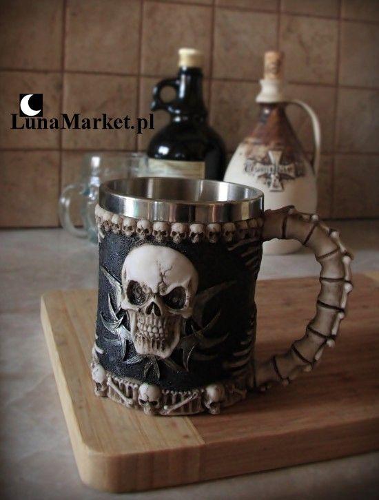 Oryginalny kufel do piwa lub innych napojów, ozdobiony czaszkami i kośćmi. Fajny pomysł na prezent dla faceta. #gotyckikufel #gotyckazastawa #gotyckiekufle