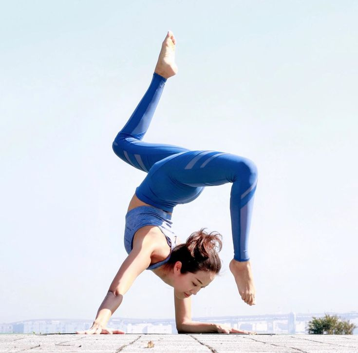 Kennetta Loretto is doing the impossible in her Alo Yoga Epic Legging #aloyoga #...