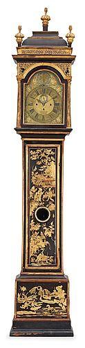 """GOLVUR. England, 1700-talets början. Barock. Svartmålat och bronserat med kinesiserande dekor. Urtavlan märkt """"Jos: Windmills London"""" (Joseph W. mästare 1671). Med sekund- och datumvisare. Med två melodier angivna på urtavlan """"Happy Clown"""" och """"Rigadoon""""."""