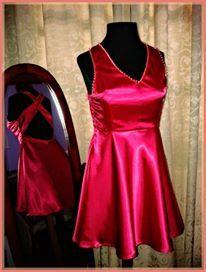 Vestido de saten color fucsia con falda corta acampanada y bustier escote v y espalda con recortes semi descubierta Detalle de apliques de strass color rosa y dorado #MarcelaMP #MarinaPerrottaDiseños2015