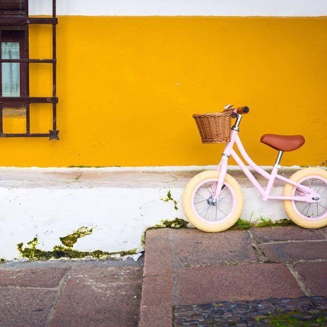Bicicleta de equilibrio sin pedales de estilo vintage para que los peques aprendan a mantener el equilibrio con mucho estilo - Minimoi