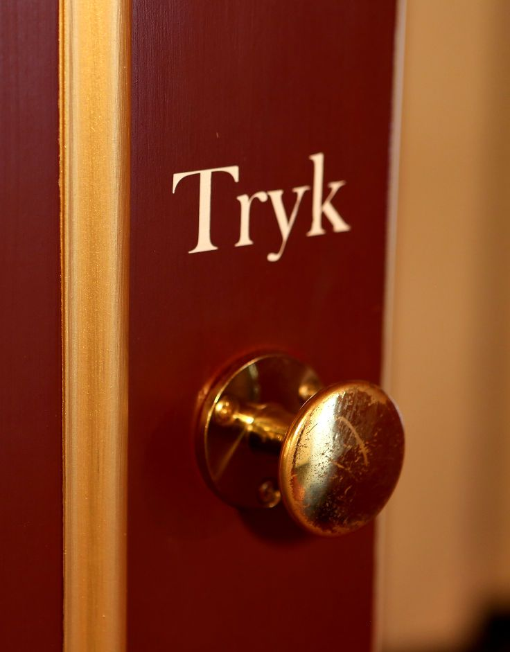 Vahle acoustic replica doors fitted with the original handles | Royal Danish Theatre