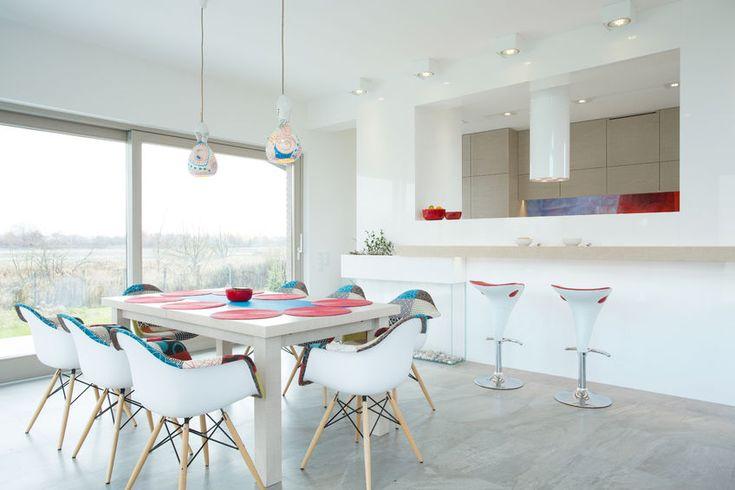 Biała kuchnia to marzenie wielu z nas – urządzając takie wnętrze, często jednak nie wiemy, jak zabrać się do rzeczy. Jak wkomponować urządzenia AGD w białe meble? Jakie dobrać blaty robocze, by były jednocześnie ładne i praktyczne? W jaki sposób dopasować wyposażenie do ścian i podłóg? Pozn... http://housering.pl/pomysly-na-biala-kuchnie/