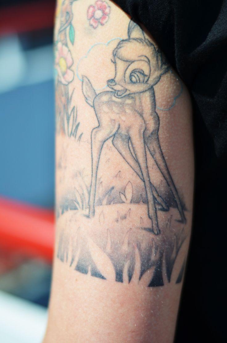 Caty (29): Mein Bambi ist für mich das Symbol dafür, dass man das kindliche in sich behalten soll. Dass man immer etwas von Kindern lernen kann. Ich bin selbst Kinderkrankenschwester und habe daher täglich mit Kindern zu tun. Das Bambi ist wie sie so zart und zerbrechlich und es hat diese Leichtigkeit, die ich mir bewahren möchte. Die Kinder im Krankenhaus stehen voll auf das Tattoo, auch wenn sie häufig glauben, ich könnte es wieder abwaschen.