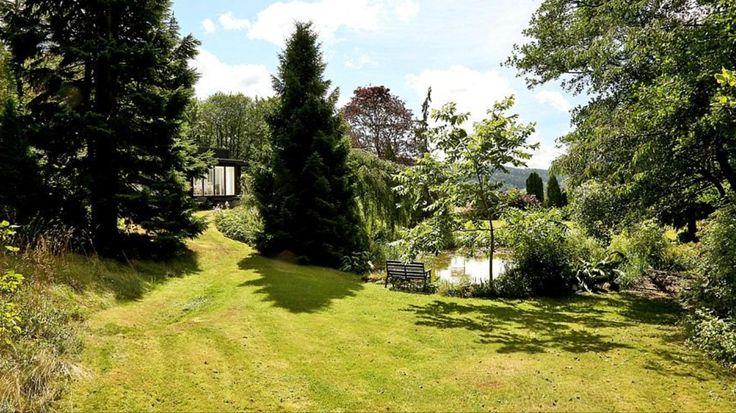 Trädgården är parkliknande och väletablerad. Skapad av en trädgårdsmästare för 50 år sedan.