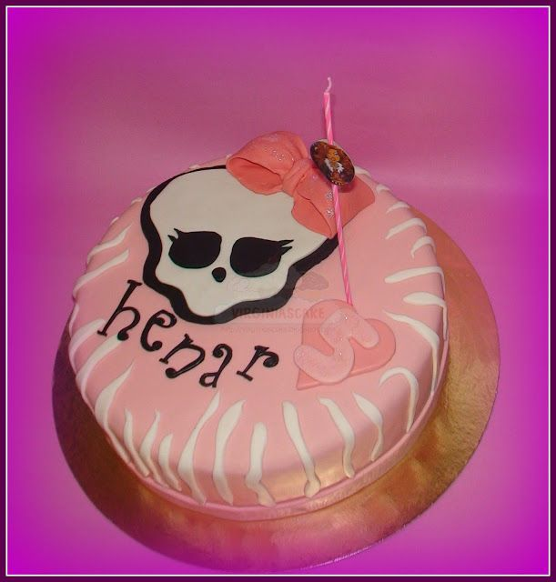 Virginias Cake: Tarta monster High Henar http://www.virginiascake.com/portfolio-items/tarta-monster-high-henar/